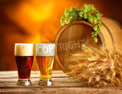 Fototapet Stillebensammansättning med Vintage ölfat och två glas mörk och lättöl. Färsk bärnsten öl koncept. Gröna liktornar av hopp och vete på träbord. Ingredienser för bryggeriet. brygg traditi