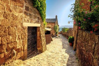 Fototapet Sunny smalnar på en sommardag i en gammal italiensk stad