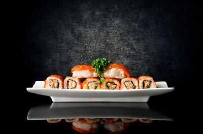 Fototapet Sushi och rullar i plattan