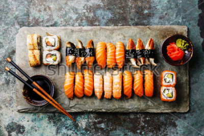 Fototapet Sushi set serveras på grå stenskiffer på metallbakgrund
