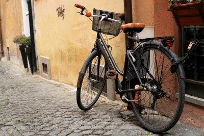 Fototapet Svart klassisk cykel på en romersk gata