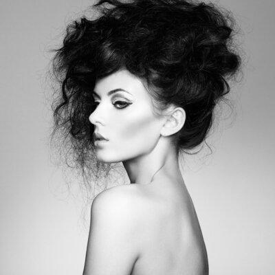 Fototapet Svartvitt foto av vacker kvinna med magnifik hår