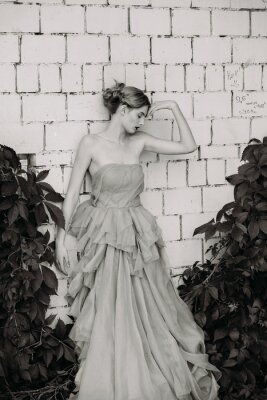 Fototapet Svartvitt modefotografering av vacker flicka i klänning.
