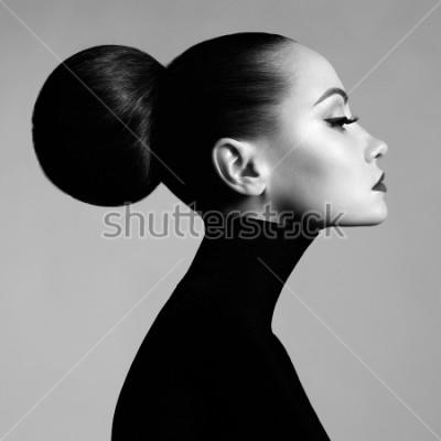 Fototapet Svartvitt modekonststudio porträtt av vacker elegant kvinna i svart turtleneck. Håret samlas i strålkastare. Elegant balettstil