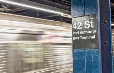 Fototapet Tåg påskyndande i New York tunnelbana. 42 st