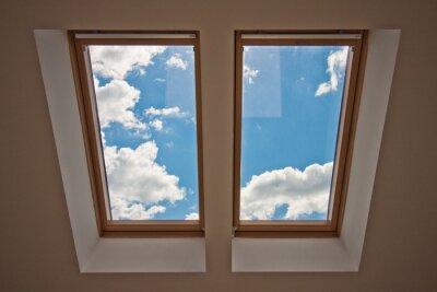 Fototapet Takfönster. Visa från fönstret. Utsikt över himlen från fönstret. Fönster på taket. Solljus genom vinden fönster. Ljus i huset