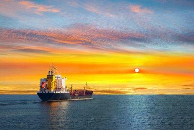Fototapet Tankfartyg på stilla vatten på morgonen.