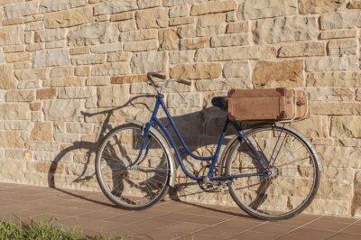 Fototapet Tappning cykel och gamla resväska i en stenmur