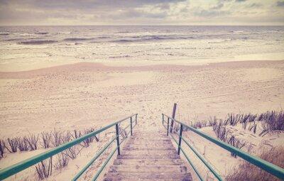Fototapet Tappning tonad trätrappor på en strand