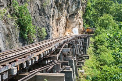 Fototapet Thai Tåg på River Kwai Bridge of Kanchanaburi, Thailand