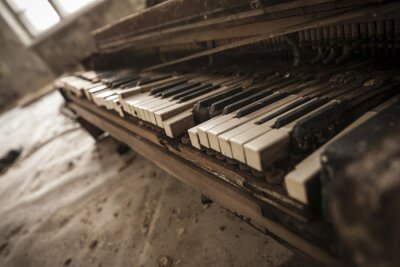 Fototapet Tjernobyl - närbild av en gammal piano