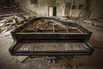 Fototapet Tjernobyl - närbild av en gammal piano i ett auditorium