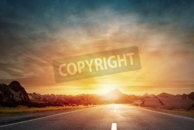 Fototapet Tom asfaltväg och solen stiger på skyline