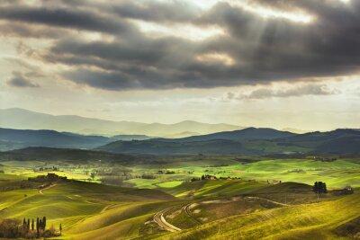 Fototapet Toscana våren, böljande kullar på solnedgången. Landskapet. Grön