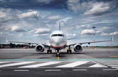 Fototapet Totalt Visa Flygplan på flygfält med dramatiska Sky