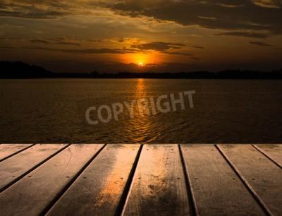 Fototapet Trä plattform bredvid sjön med solnedgång