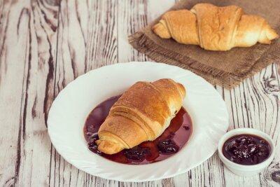 Fototapet traditionella croissanter med sylt till frukost