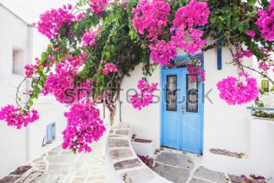 Fototapet Traditionellt grekiskt hus med blommor på ön Paros, Grekland