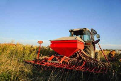 Fototapet Traktor med såmaskin på fältet