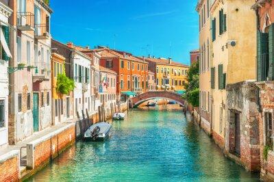 Fototapet Trång kanal i Venedig, Italien.