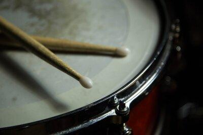 Fototapet trummor med trumpinnar på det