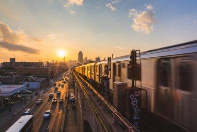 Fototapet Tunnelbanetåg i New York vid solnedgången