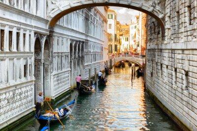 Fototapet Turister i gondoler som seglar under Suckarnas bro i Venedig