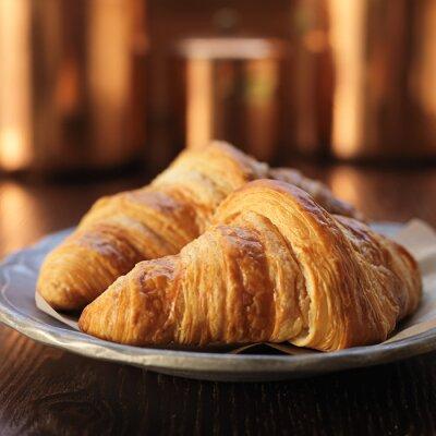Fototapet två croissanter på plattan och sköt med selektiv