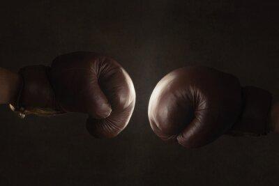 Fototapet Två gamla brun boxhandskar slå samman
