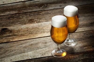 Fototapet Två glas öl på trä bakgrund med copyspace