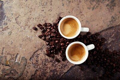 Fototapet Två koppar kaffe med kaffebönor på en sten bakgrund