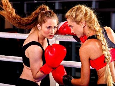 Fototapet Två kvinnor boxare bär röda handskar för att boxas i ringen. Kampsport.