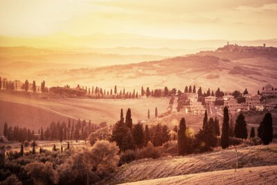Fototapet Underbar Tuscany landskap med cypresser, gårdar och små medeltida städer, Italien. tappning solnedgång