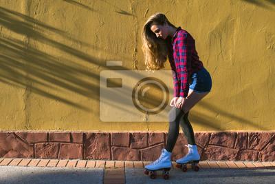 Fototapet Ung kvinna i rullskridskor