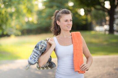 Fototapet Ung kvinna rullskridskoåkning