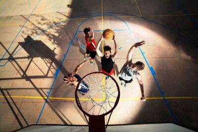 Fototapet unga basketspelare som spelar med energi