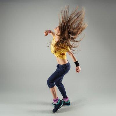 Fototapet Unga energisk zumba fitness kvinna dansare rör sig i klassen