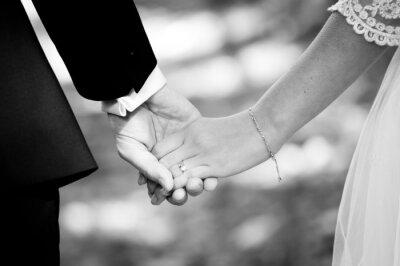Fototapet Unga gifta par håller varandra i handen