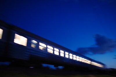 Fototapet Upplyst tåget färdas förbi på natten