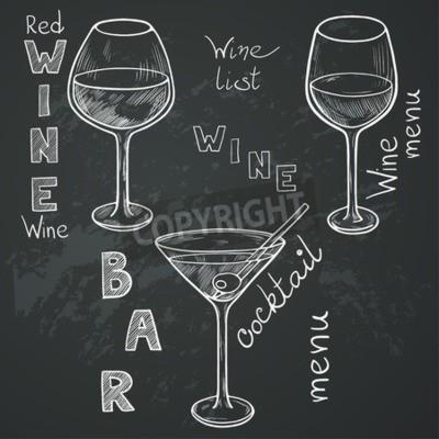 Fototapet Uppsättning av skissade glasögon för rött vin, vitt vin, martini och cocktail på tavlan bakgrund. Handskrivna bokstäver i vintagestil dras med krita på svarta tavlan.