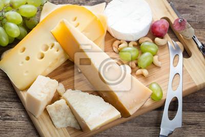 Fototapet uppsättning olika ost med druva på trä bakgrund