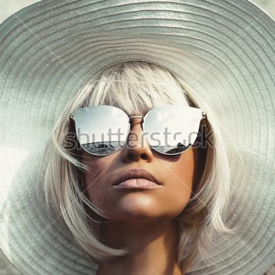 Fototapet Utomhus modefoto av ung vacker dam i hatt och solglasögon. Summer Beach resor. Sommarvibbar