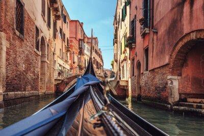 Fototapet Utsikt från gondol under resa genom kanalerna i Venedig i