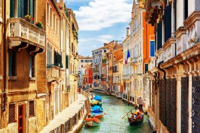 Fototapet Utsikt över Rio Marin kanalen från Ponte de la Bergami. Venedig