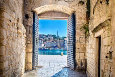 Fototapet Utsikt vid stadsporten i den gamla medeltida staden Trogir, Kroatien Europa. / Stadsporten Trogir. / Selektiv fokusering.