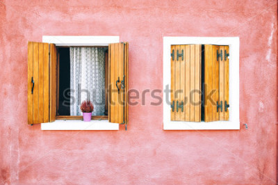 Fototapet Vacker färgrik husfasad på Burano ö, norra Italien. Röd två fönster med träluckor