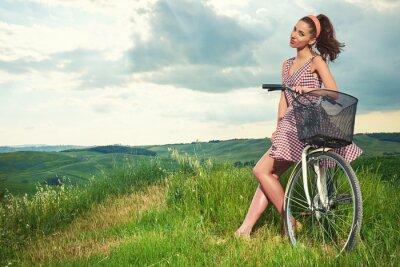Fototapet vacker flicka med vintage cykel utomhus, Toscana sommartid