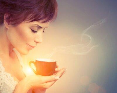 Fototapet Vacker flicka njuter av kaffe. Kvinna med kopp varm dryck