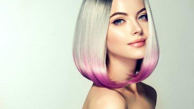 Fototapet Vacker hårfärgande kvinna. Fashion Trendy haircut.Ombre bob kort frisyr. Blond modell med kort glänsande frisyr. Concept Coloring Hair. Skönhetssalong
