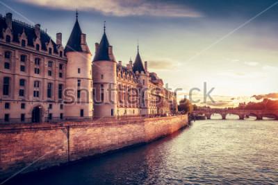 Fototapet Vacker horisont av Paris, Frankrike, med Conciergerie, Pont Neuf vid solnedgången. Färgrik resa bakgrund. Romantiskt stadsbild.